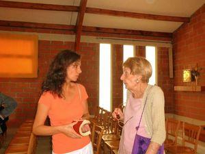 Virgine, la prière après la communion (gauche) ; (droite) en discussion avec Mme Piquet (mère de Bruno). Un grand  merci à Virginie pour votre soutien (un des parents-accompagnateurs de ces jeunes pendant ce voyage humanitaire)