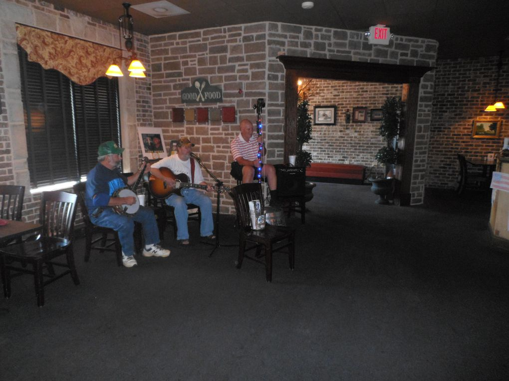 Nous avions remarqué John lors du festival de Dalohnega. Nous sommes allés à sa rencontre dans ce restaurant de Cartersville (une heure de distance de Carrollton) où il se produit chaque semaine en trio.  Il accompagne au washtub un guitariste et un joueur de banjo qui fournissent une belle prestation de blue-grass. Petite précision technique : en fabriquant  son washtub, John a pris soin de placer le trou de sa corde au centre. Il ne joue qu'en variant la tension de celle-ci. Les autres joueurs trouent le washtub sur le bord et changent en permanence leur main gauche de place. Pour John, ce ne sont que des contrebassistes mais pas des joueurs de washtub ! Une guerre menaçant, ne jetons pas de l'huile sur le feu !