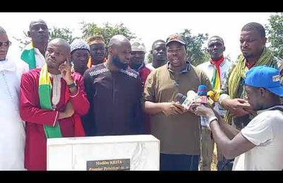 Bamada net - Kemi Seba avec Ben le Cerveau se recueillent sur la tombe de Modibo Keita premier président du #Mali