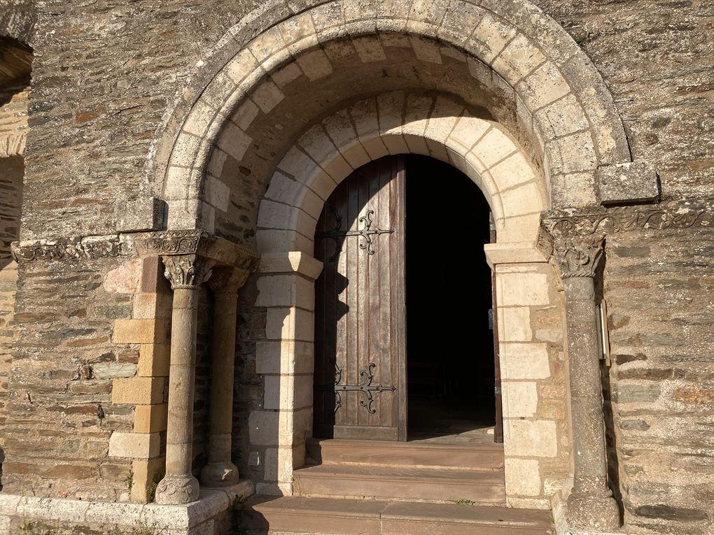 Le portail et les détails d'un des chapiteaux sculptés