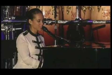 Alicia Keys rend hommage à Whitney Houston