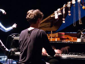 hauschka, un musicien prolifique de piano préparé s'inspirant des partisans allant d'eric satie à john cage