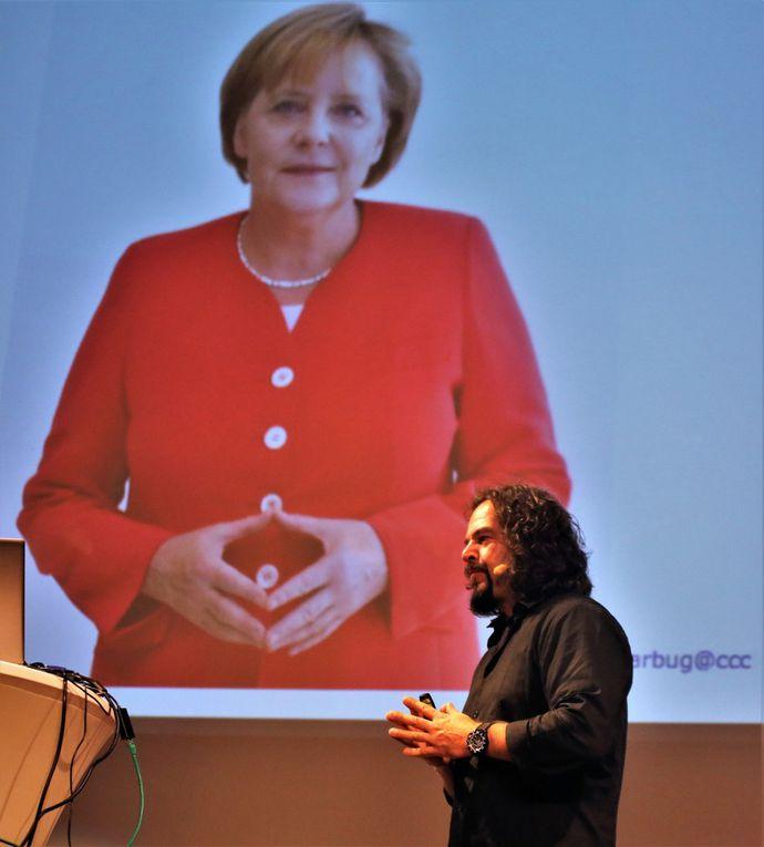 So wie er in jede Firma reinkommt, in dem er deren Passwörter hackt, zeigte er, wie leicht es möglich ist, auch Handysicherungen wie beim Samsung 8 durch Gesichtserkennung zu knacken, wenn man vom Besitzer ein Foto hat. Bei Sicherung durch Fingerabdrücke verwendet er eine Software, die diese anhand von Fotos wie auf einem Bild von Ursula von der Leyen und Sigmar Gabriel ausfiltert Deshalb würde Angela Merkel nie ihre Fingerkuppen zeigen. Kennwort-Eingaben können sich auch auf Sonnenbrillen und bei dunkelbraunen Augen in der Iris abspiegeln und per Foto festgehalten und durch Vergrößerung sichtbar gemacht werden.