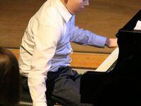 """Für Furore sorgte so der Sechstklässler David Vorraber. Bevor es in die Pause ging, intonierte das musikalische Ausnahmetalent voller Leidenschaft, mit extremer Tempowahl und unglaublicher Brillanz die aus seiner Feder stammende Fantasie über George Gershwin, ehe er dann ausdrucksstark mit """"Oh, Lady be Good"""", """"Fascinating Rhythm"""" und """"""""I'll Build A Stairway To Paradise"""" drei der von Gershwin wenigen, für Klaviersolo bearbeiteten Hits völlig ohne Noten interpretierte."""