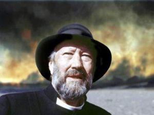"""A gauche, Le révérend Jon Steingrimsson - photo du film """" Nuage mortel 1783 """" - à droite, l'église nouvelle de Kirkjubaejarklaustur, édifiée en 1974 - photo klaustur.is"""