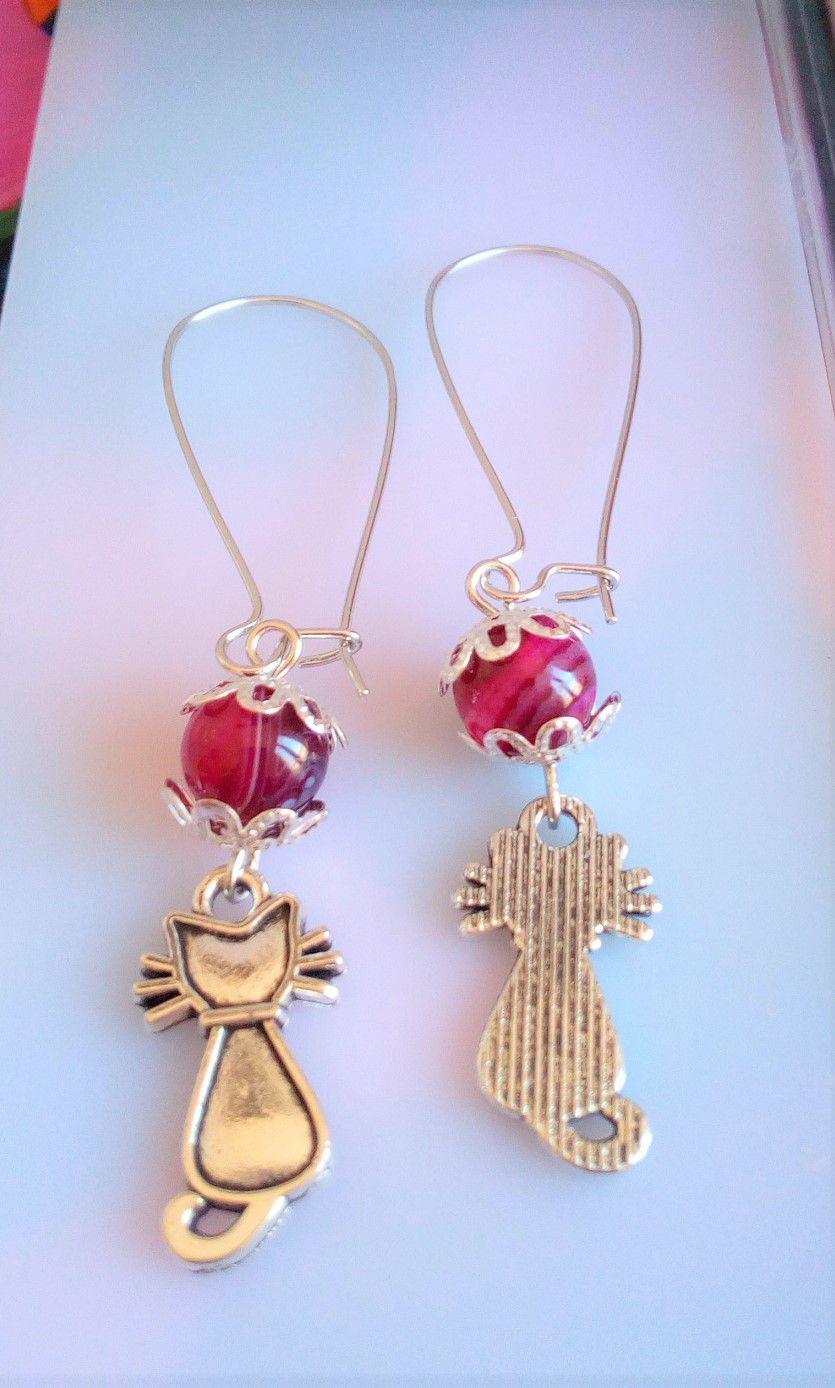 fait mains en france,boucles oreilles crochetsacier avec perle ronde agate rose rayee,quartz pierre fine precieuse roseet breloques chatsargente tibetain,cadeau fete anniversaire,boho bobo gothique baroque rococo