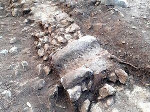 Pièce de canalisation découverte dans un mur - Crédit photos : Enzo l'Apprenti Archéologue