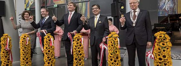 King Willem-Alexander opens exhibition Van Gogh and Japan