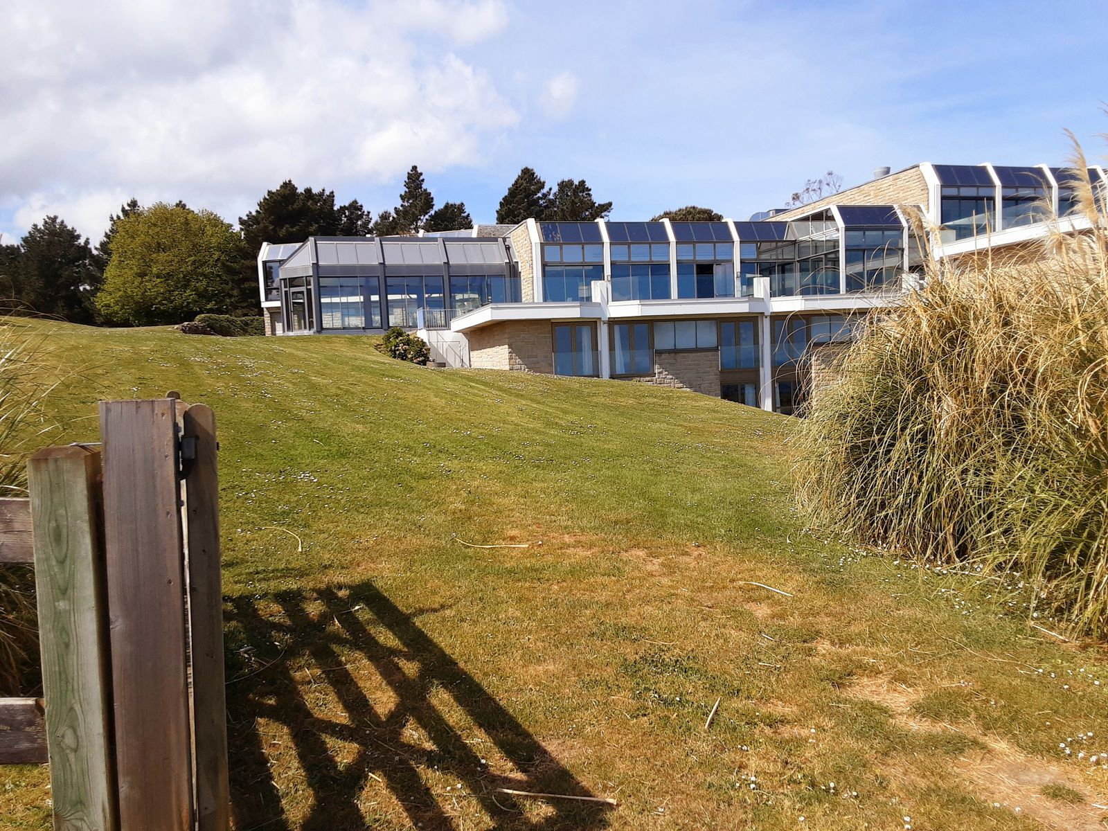 la grande grille est l'entrée de l'institut Marie-Thérèse Solacroup