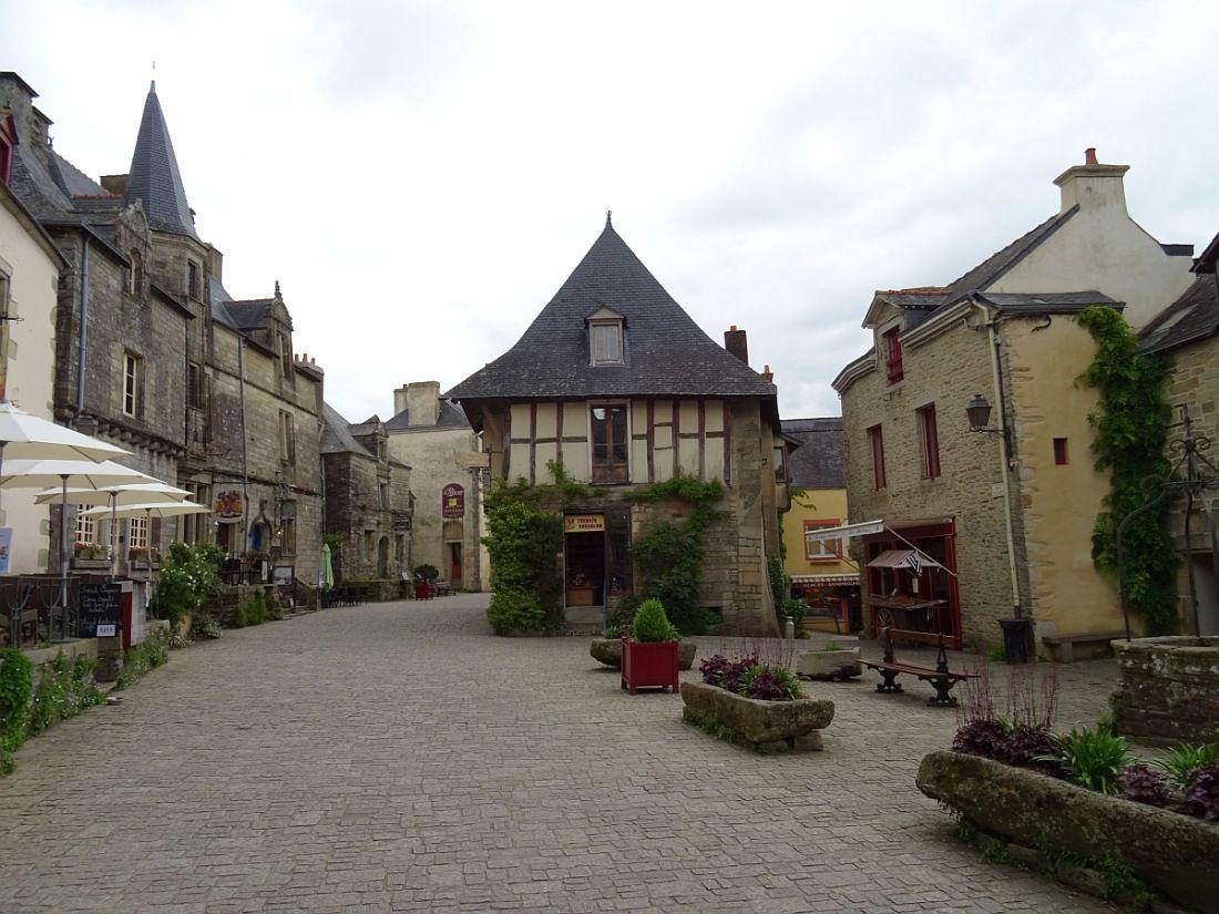 """""""Petite cité de caractère"""" de Bretagne, dressée sur un éperon rocheux"""