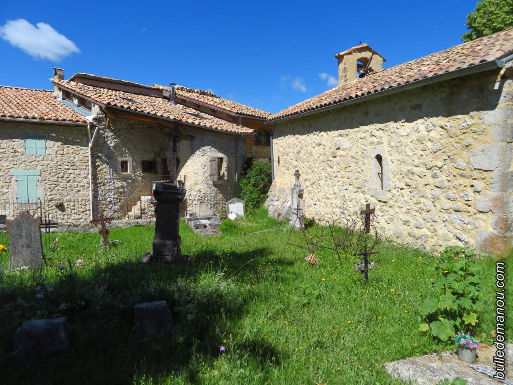 Le petit cimetière du hameau, attenant à la chapelle et son environnement