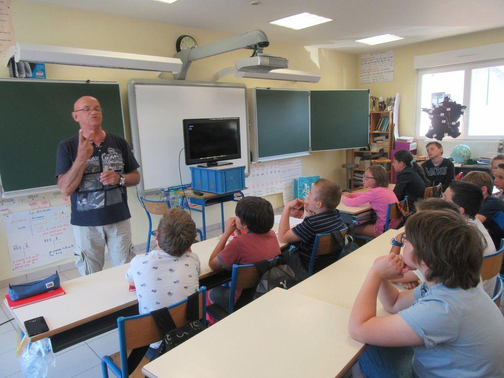 Les enfants sont captivés par la démonstration de M Guinnebault.