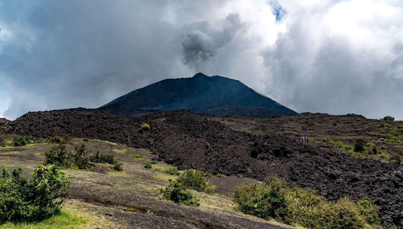 The Pacaya volcano, from the afternoon of February 19, 2021, showed an increase in activity and ash dispersion according to INSIVUMEH reports. In its special volcanological bulletin No. 31-2021, the seismic monitoring indicates the recording of two new incremental pulses from 5 and 11 a.m., which generated a new lava flow on the northeast flank and the emission of ash plumes 500 meters above MacKenney crater.