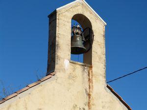 """Voici donc Marguerite Augustine, la cloche achetée en mémoire de l'épouse décédée d'un Rochefortain, Pierre Grosset. Cette cloche fut coulée à Annecy et livrée par la gare du Picodon à Dieulefit. Bénie et baptisée, cette cloche de 154 hg porte l'inscription suivante """"Je m'appelle Marguerite Augustine. J'ai été bénie le 1er septembre 1935 par son excellence Mgr Pic, évêque de Valence, et M.L'abbé Marius Brochemin, curé de Puygiron-Rochefort""""."""