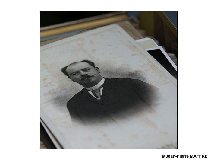 Pour les nostalgiques de la photo argentique, la Foire à la photo de Bièvres est devenue un rendez-vous incontournable. On peut y trouver toutes sortes d'appareils photo anciens, des photos de collection et l'occasion de réaliser des photos insolites.