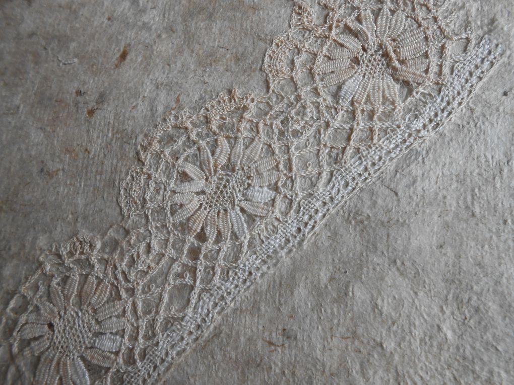 les fibres longues du lokta vont bien avec la dentelle l'enfouissant tout en gardant sa transparence! Ces pages sont un livre en devenir
