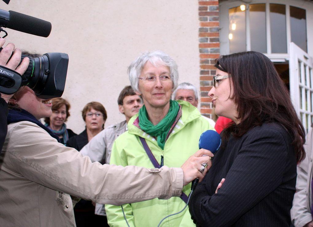 Rencontre d'Anny Poursinoff et Cécile Duflot avec les équipes de la Bergerie. Visite de la boutique, petit tour en calèche dans la ferme et le domaine, échanges avec les élus du personnel et le comité de soutien.