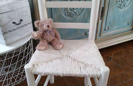 Une vieille chaise en paille .. relookée avec bonheur, va rejoindre la chambre d'un bébé, bientot  #liberon #lesfreresnordin #relookingmeubles