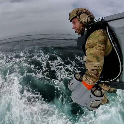 Impressionnante vidéo ! Des soldats de la Royal Navy, ces maîtres du Jet Suit décollent à partir de bateau semi-rigide