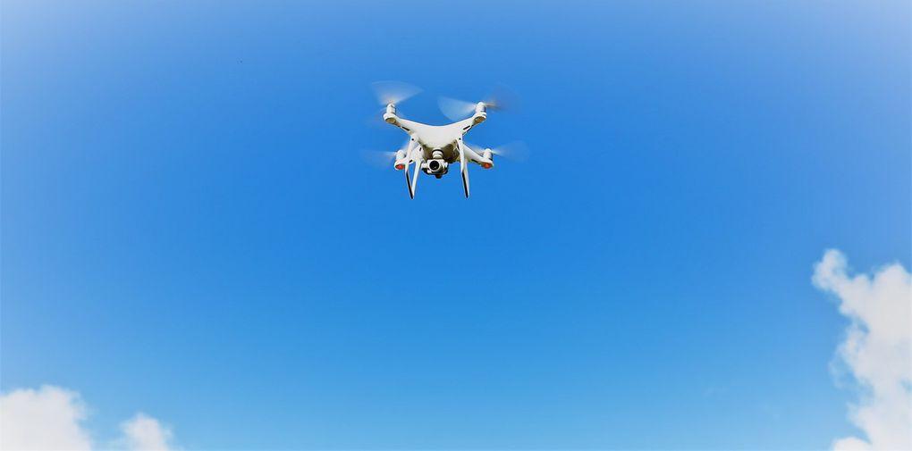 Der Waldbrunner Profifotograf Daniel Günther erschließt sich neue Perspektiven in der künstlerischen Fotografie. Mit der Drohne verschafft er sich neue Möglichkeiten für nie dagewesene, fotografische Ansichten. Er führte den Besuchern live vor Augen, wie die Drohne funktioniert, dass sie Geräusche und Wind verursacht, wie sie vor Hindernissen automatisch bremst, bis zu sieben Kilometer weit fliegen kann, dabei Flugverbotszonen beachtet, der Akku eine halbe Stunde reicht und die Drohne rechtzeitig zurückfliegt, bevor der Akku leer ist. Beim Abreißen der Funkverbindung kommt die rund 2.000 Euro kostende Drohne alleine zurück, denn sie speichert alle Flugdaten. Günther beschrieb,  was im Rahmen der rechtlichen Vorgaben erlaubt ist und was nicht, bis ... Drohnenfotos zur Kunst werden.