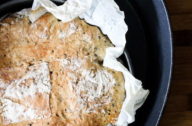 Pain aux graines de sésame noir en cocotte