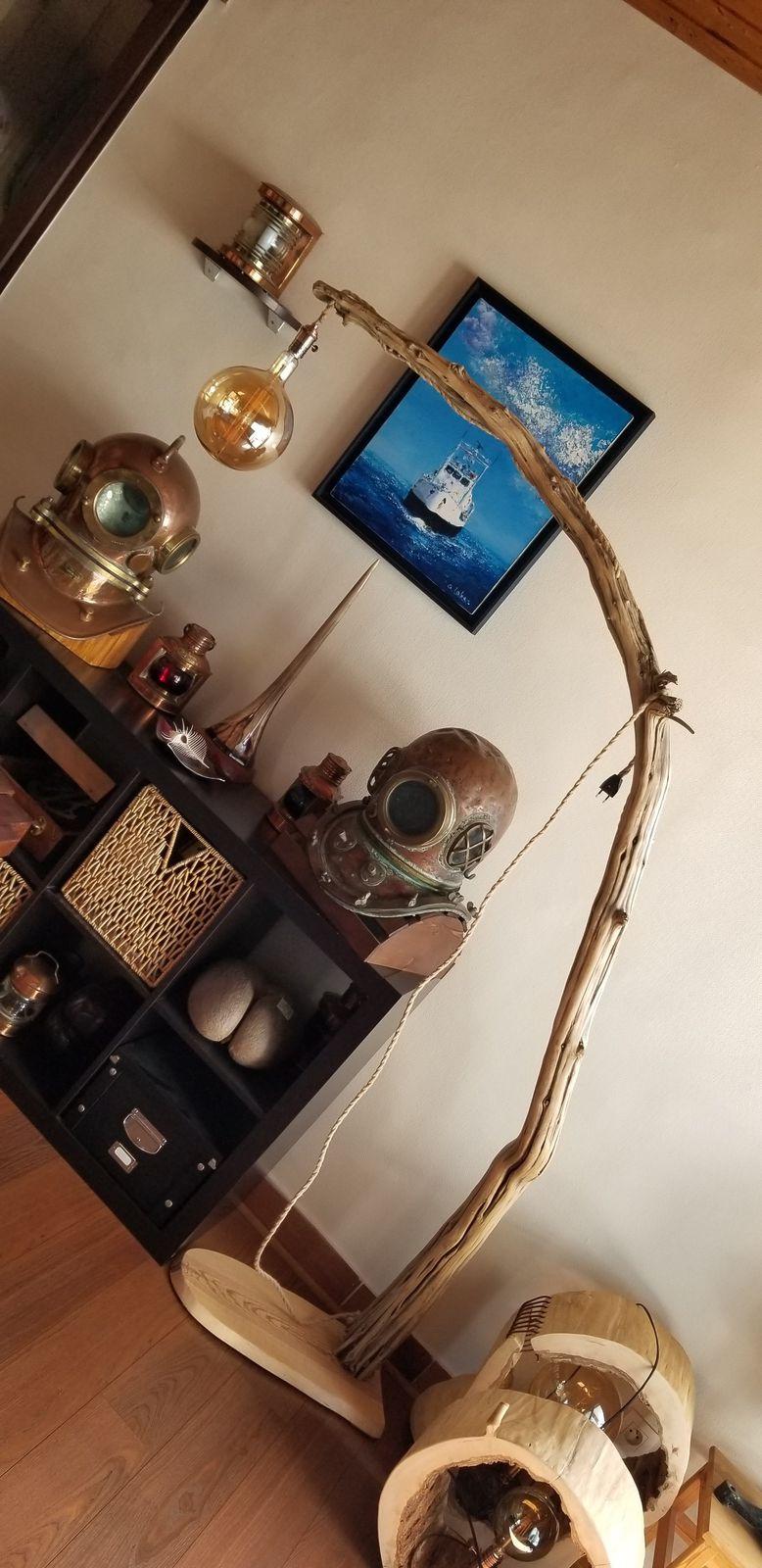 Lampadaire très grand, bois flotté arqué naturellement