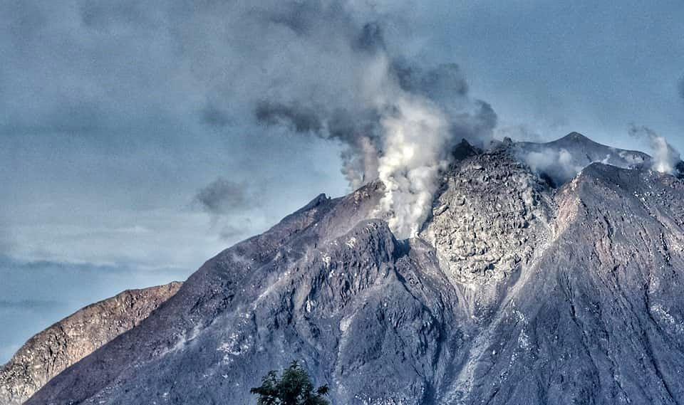 Sinabung - le dôme sommital le 27.12.2020 / 05h22 - photo Nachelle Homestay
