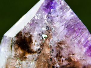 Super seven Scepter Quartz from Namibia (Melody's Stone) (In Super 7 stones, the combination is : amethyst, smoky quartz, clear quartz, rutile, goethite, lepidocrocite and cacoxenite) (size: Miniature)