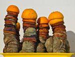 Michel Blazy, sculpcure, des oranges pourrissantes sur un Plateau