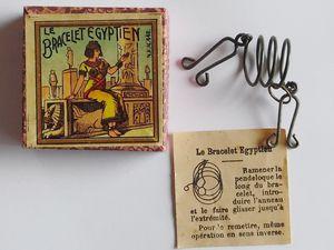 """le bracelet égyptien ref 448 à gauche et 1448 à droite;le 448 est un jeu original alors qu'à droite il s'agit d'un jeu plus courant appelé """" l'anneau prisonnier """" chez d'autres éditeurs"""