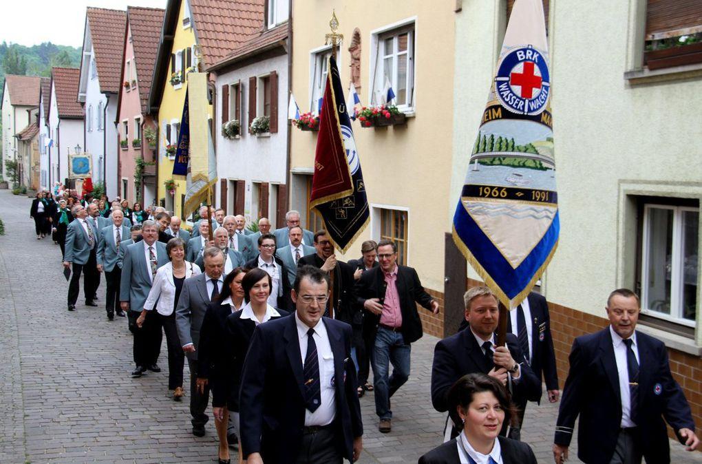 Bereits am Pfingstsonntag-Morgen erwiesen um 8.45 Uhr viele Veitshöchheimer Vereine mit ihren Fahnenabordnungen der Jubiläums-Feuerwehr die Ehre auf dem Weg vom Festzelt zur Vituskirche.