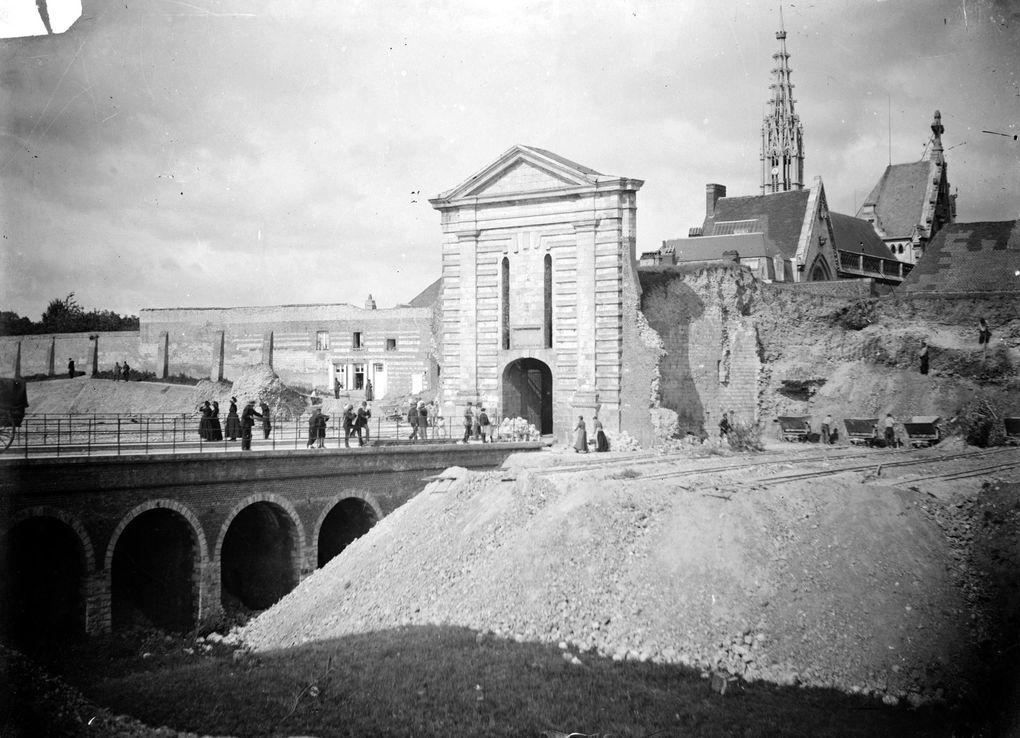 Démantèlement de la porte d'Amiens. Photographies de Joseph Quentin, Musée des Beaux-Arts d'Arras.