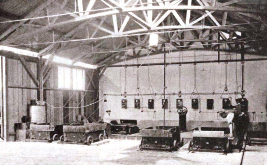 Salle de recharge des accumulateurs interchangeables (Le monde illustré 1898)