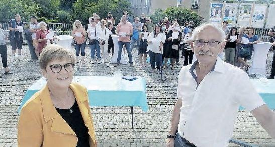 Michèle Lambolez avec Serge Vieille, maire. Ses collègues ont entonné une chanson pour lui rendre hommage.