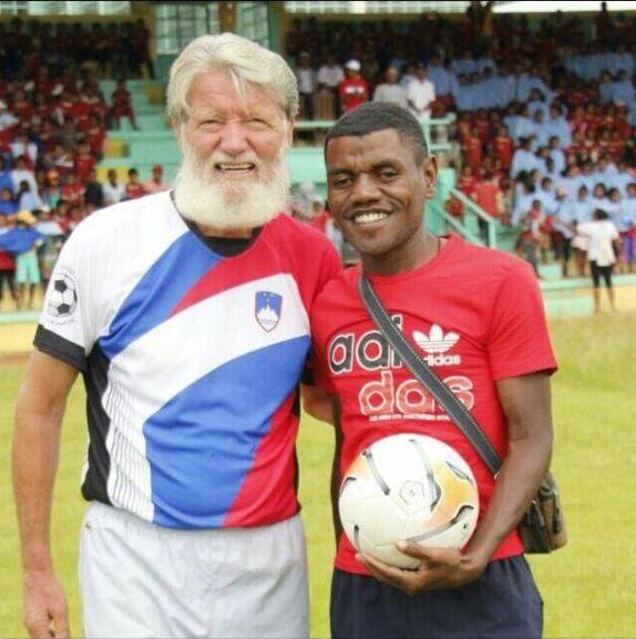Le père Pedro et Twoqui Marchellain, qui dirige l'école informatique d'Akamasoa.