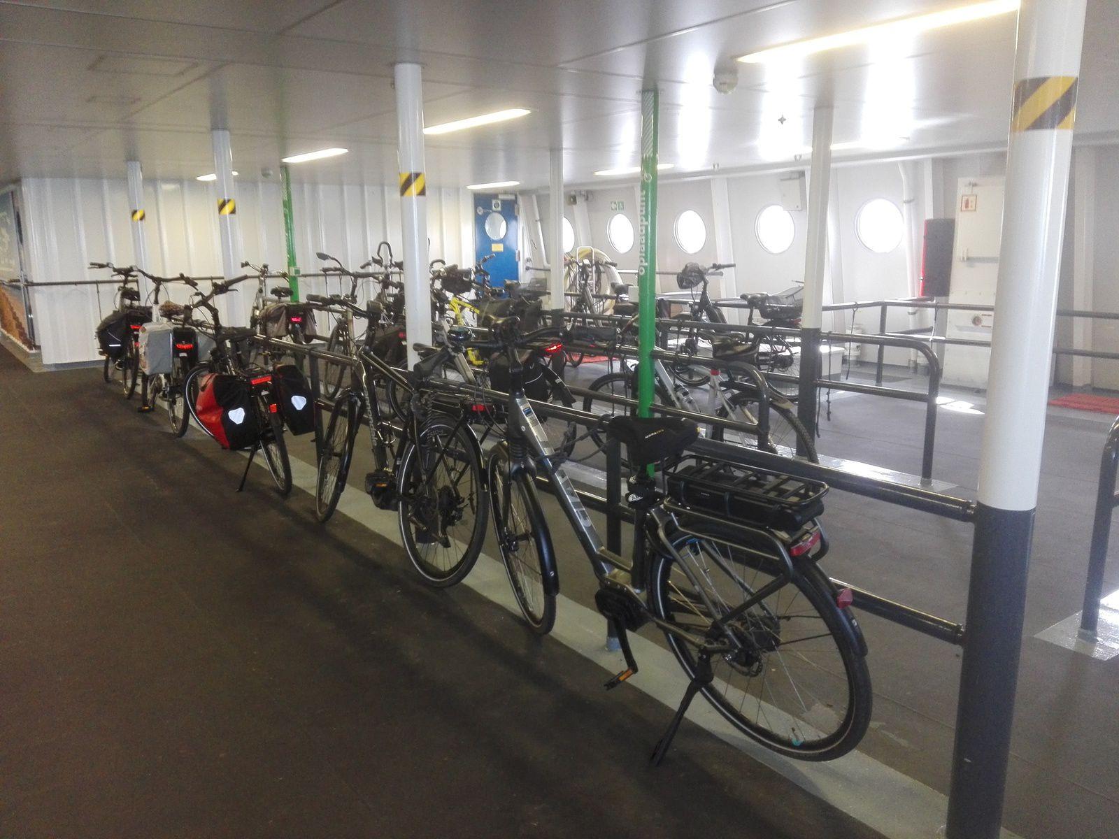 premiers contacts avec les pays bas, dans le bac, parking spécial pour les vélo, on est bien au paradis des cyclistes