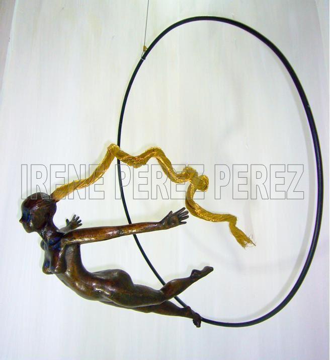 Piezas en aros de distintos diámetros de 30 cm o 50 cm,  o una pieza grande como ABRIL de 45 cm  de alto  en un aro de 70 cm de diámetro, como mas le gusten al cliente.