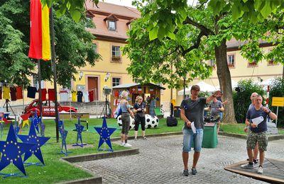 Es ist angerichtet im Veitshöchheimer Rathaushof für die Liveschalten des ARD-Morgenmagazins am frühen Montagmorgen anlässlich der Fußball-Europameisterschaft