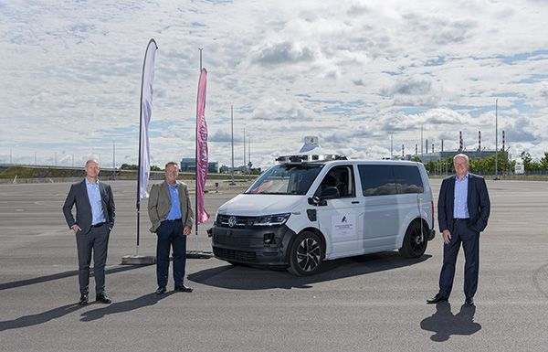 Munich Airport CEO Jost Lammers (left), Munich Airport CFO Thomas Weyer (right) and Reinhard Stolle (in the middle), Vice President of Argo AI Munich, with one of the autonomous vehicles at the new test track.