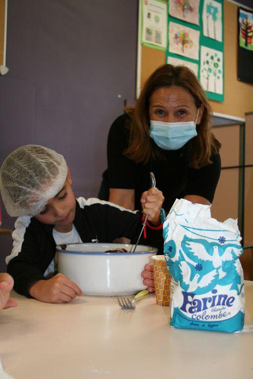 Mardi 3 Août 2021. Les enfants de maternelle du centre Jean Zay ont réalisé un atelier cuisine avec la préparation d'un gâteau au chocolat, à déguster ensemble, pour le goûter.