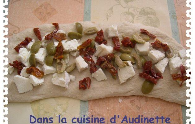 Pain aux tomates confites, olives et chèvre