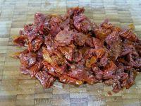 2 - Couper la mozzarella en dés. Bien égoutter les tomates séchées sur du papier absorbant pour retirer l'excédent d'huile, et les couper en petits morceaux. Beurrer un moule à cake 10 x 24 (en silicone). Disposer dans le fond du moule les dés de mozzarella et tomates. Puis recouvrir avec la préparation. Lisser délicatement le dessus avec une lame de couteau. Enfourner pour 50 mn th 5 (150°). Une fois cuit, sortir du four et laisser complètement refroidir.