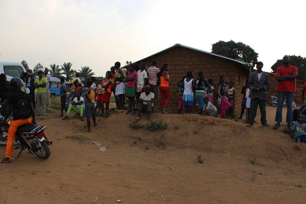 Kyese mu kyese. A alegria dos adeptos do Fc Mabubu depois de uma vitória contra a equipa do Nsoso, o presente dos camponeses que dedicam a pecuária, a Administradora no pal'acio, os sobas da damba e os espectadores no campo de futebol de Sala Mbongi