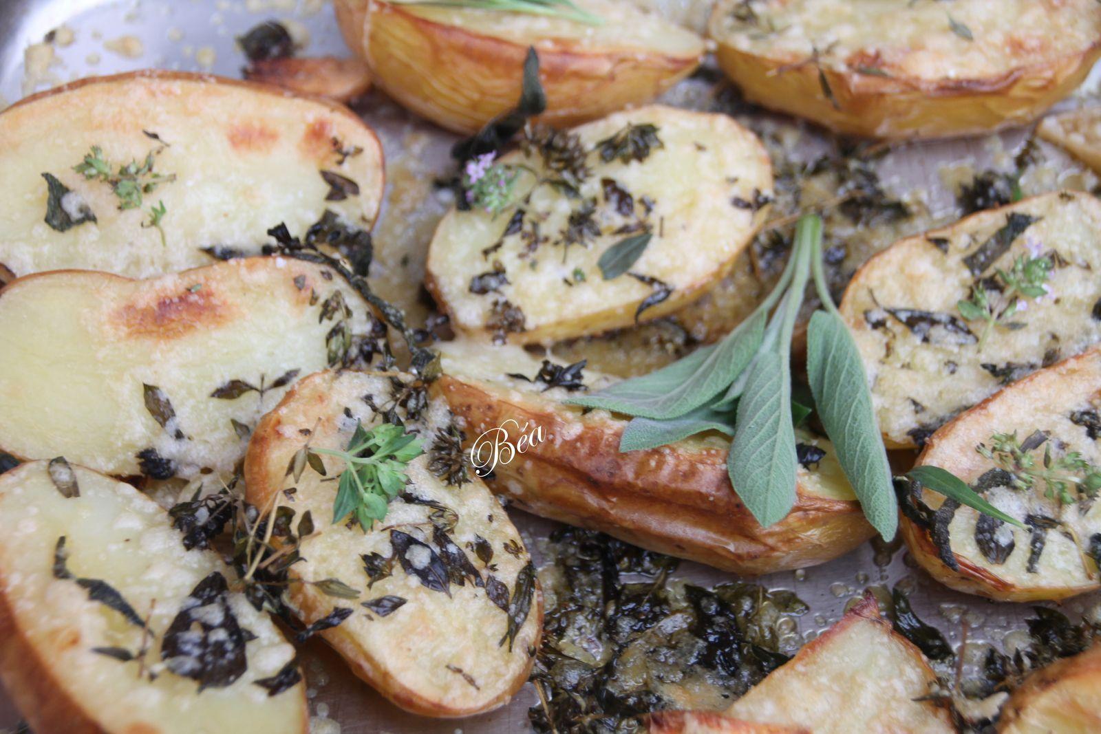 Pommes de terre rôties aux herbes et fleurs du jardin et au  parmesan