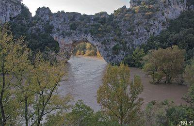 Pont d'Arc, Gorges de l'Ardèche, la colère monte