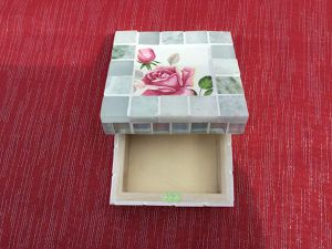 Couvercle au motif de rose en mosaïque pique assiette ( faïence de gien modèle symphonie) et tour en carrés de marbre et verre dépoli, 11,5 cm. Boîte en émaux de Briare blancs 10,5 cm.