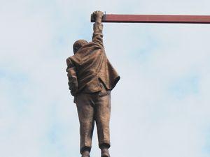 """L'homme suspendu"", rue Husova. Ph. Delahaye."