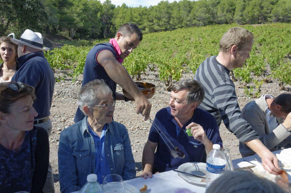 """La traditionnelle cargolade dans les vignes de Montpins est un des temps forts des Vendanges, hélas limité à quelques dizaines de personnes. Culte hédoniste immortalisé par des scènes en liberté : le muscat plus ou moins bien bu au porró après une démonstration de Michel Adroher; Jean-Paul et Joëlle Kauffmann dégustant les escargots à la mode catalane; du vin, des vignes, des grillades, des rires, des conversations. Bref, l'art du """"parler ouvert"""" cher à Montaigne, """"qui ouvre un autre parler et le tire hors comme font le vin et l'amour""""."""