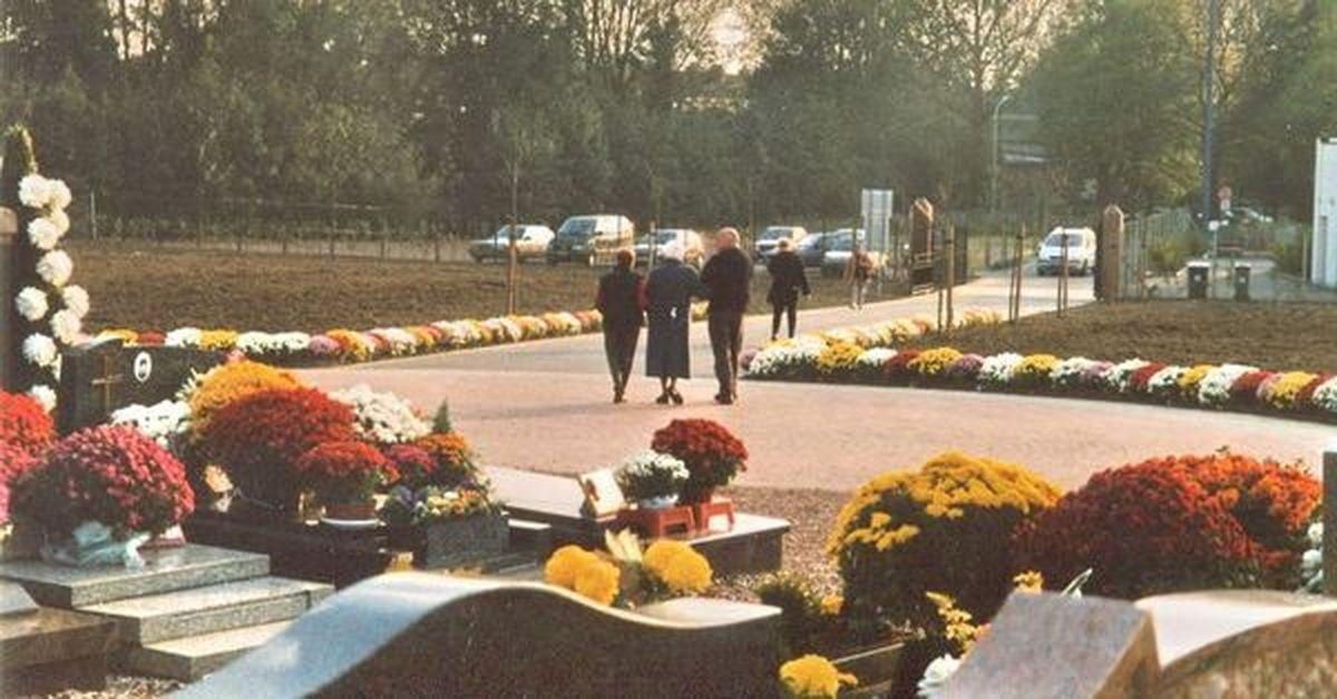 """Cimetière Halluin - Nouvelle entrée principale,  le 1er Novembre 2001, Route de Neuville, face au """"Jardin de la Paix""""."""