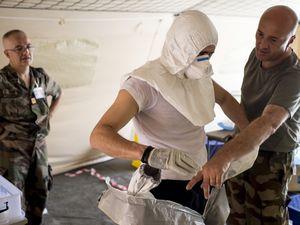 Ebola : immersion au centre de traitement des soignants